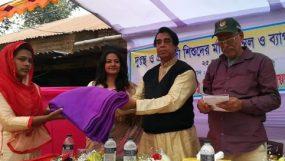 দুস্থ  শিশুদের মাঝে কম্বল ও স্কুলব্যাগ বিতরণ করেছেন   শিল্পী সানাম সুমি