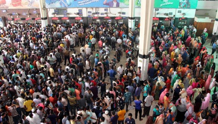 কমলাপুর রেলওয়ে স্টেশনে ট্রেনের আগাম টিকিট নিতে ভিড়