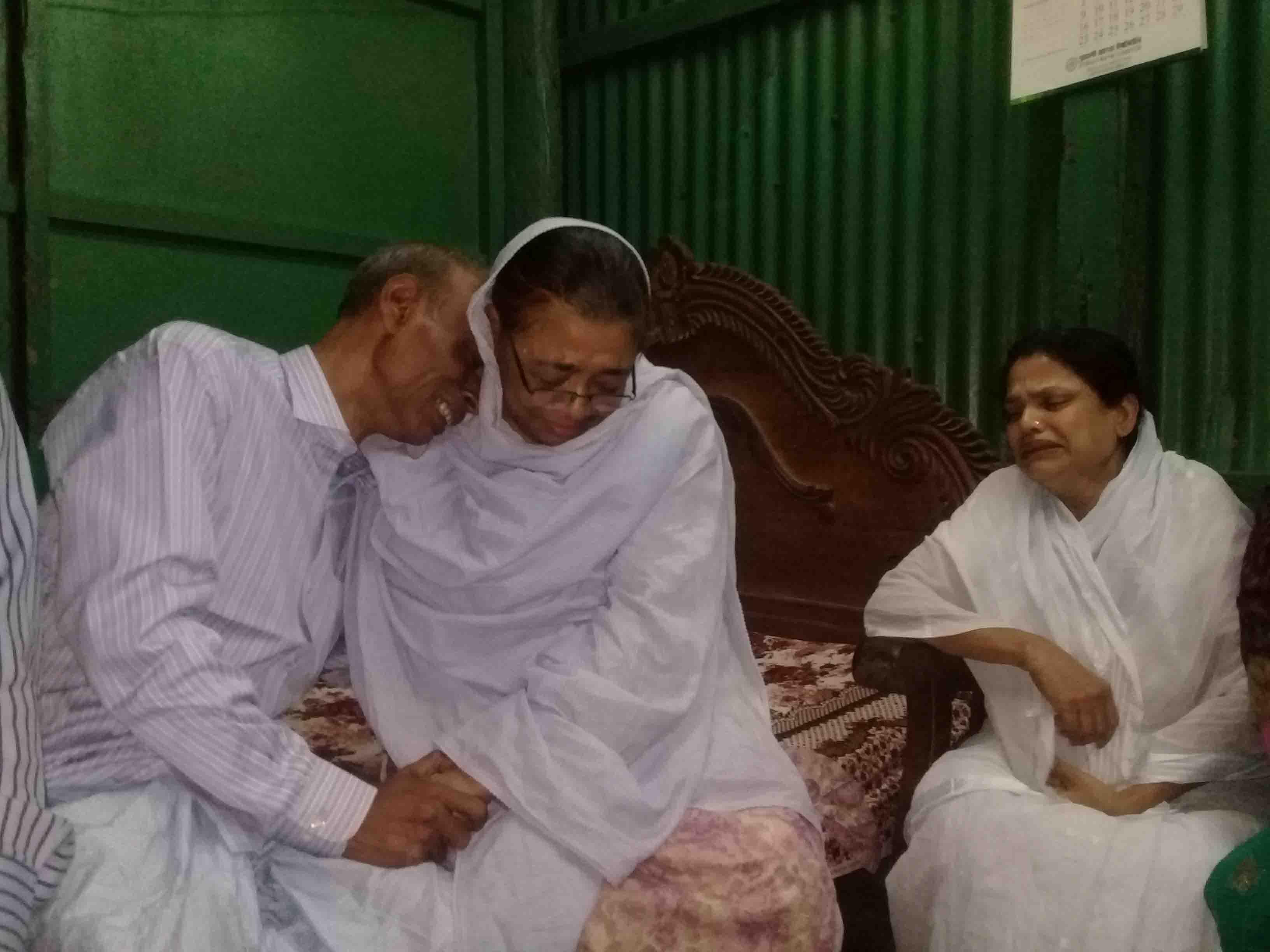 জোহরা আলাউদ্দিন এমপিকে পেয়ে কান্নায় ভেঙ্গে পড়লেন  শোকাহত পরিবার