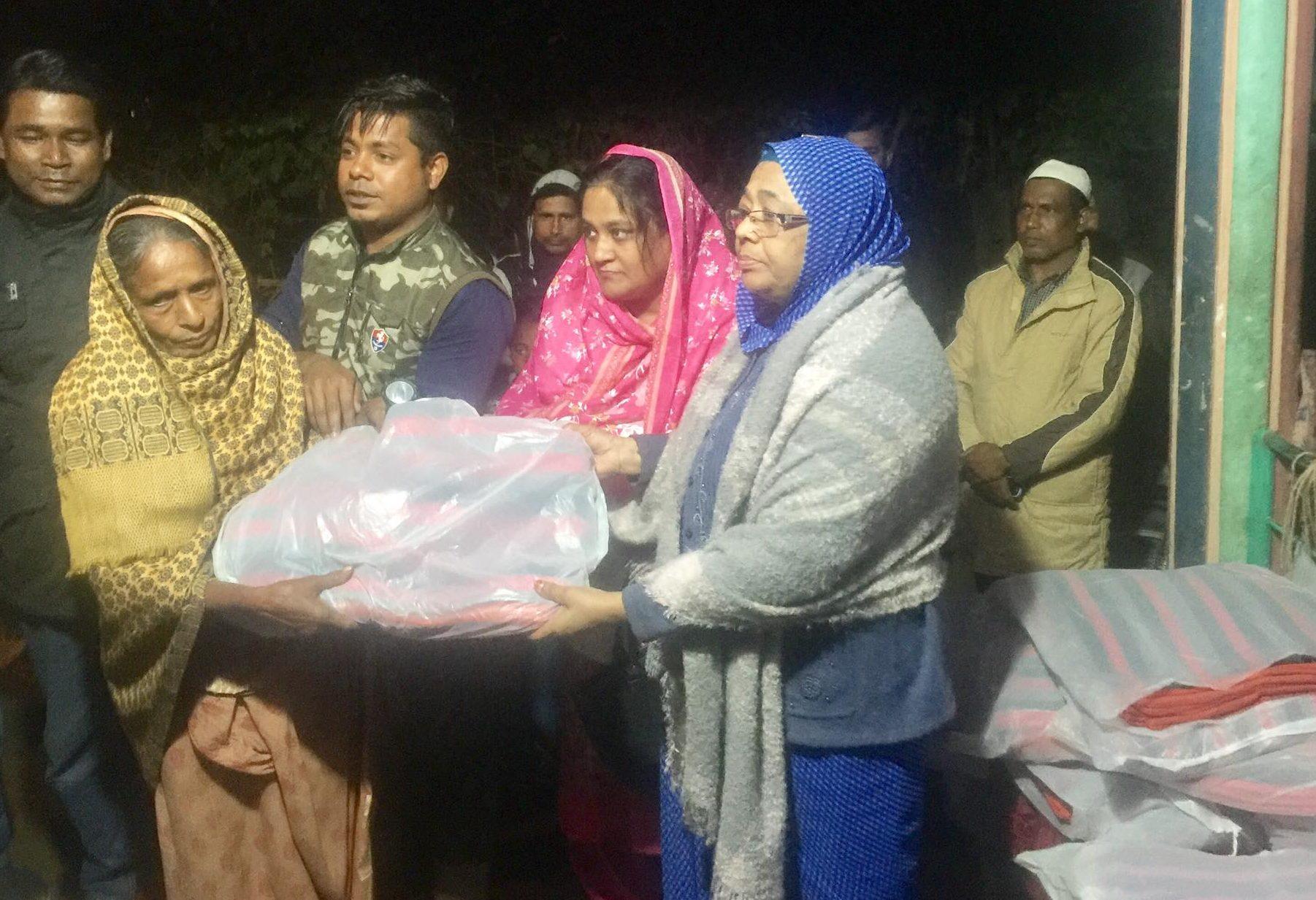 শীতবস্ত্র বিতরণ করছেন সৈয়দা জোহরা আলাউদ্দিন এমপি