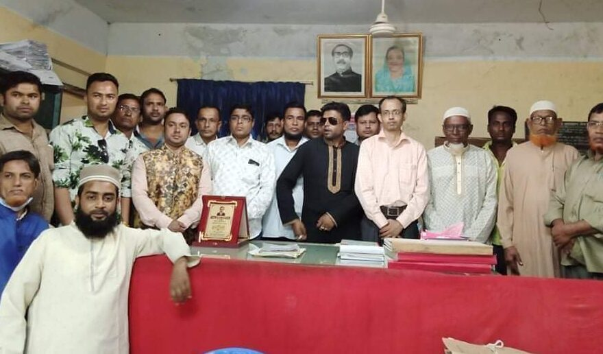 আজমিরীগঞ্জে সাব-রেজিস্ট্রারের বিদায় সংবর্ধনা